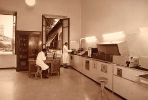 Historic photo of the Laboratory in the Military Chemical-Pharmaceutical Plant, Florence.