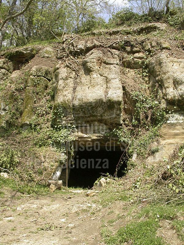 Ingresso ad una grotta dell'abitato rupestre medievale di Vitozza, Sorano.