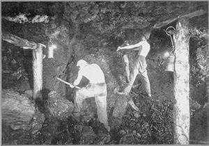 Attività estrattiva in sotterraneo,  foto storica dell'Archivio Fotografico del Centro di Documentazione delle Miniere di Lignite  di Cavriglia.