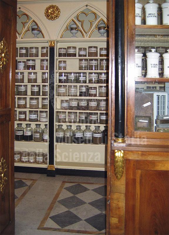 Contenitori farmaceutici deIl'Antica Farmacia Clementi, Fivizzano.