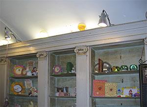 Arredi ottocenteschi dell'ex Farmacia Cepellini, attualmente sede di una legatoria artigiana, Pontremoli.