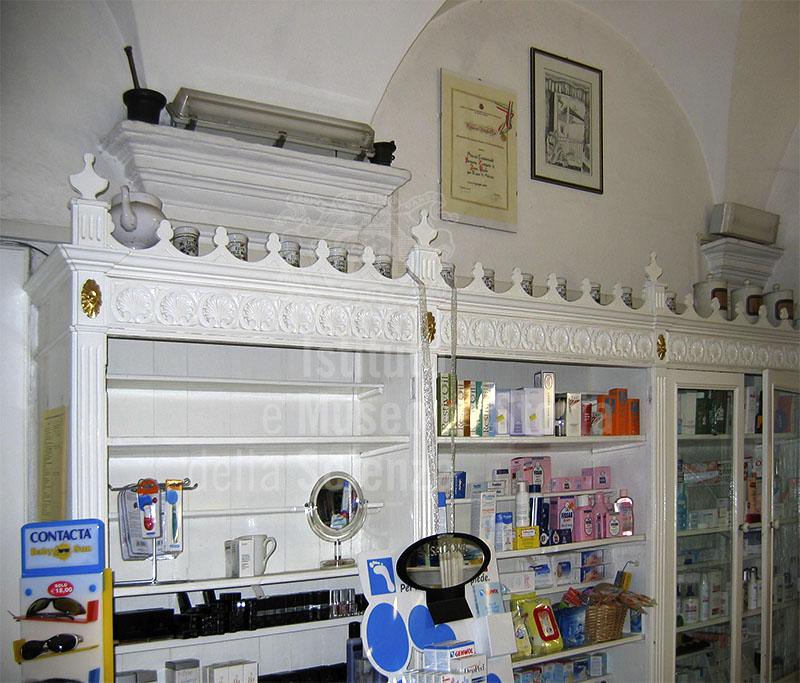 Interno della Farmacia Zampetti, Pontremoli.