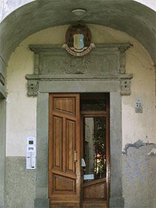 Portale d'ingresso della Biblioteca del Seminario Vescovile, Pontremoli.