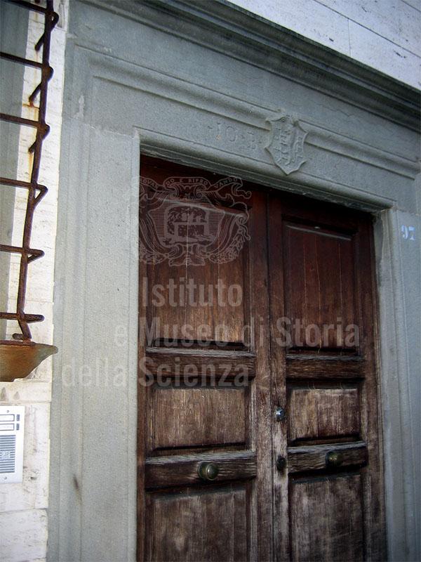 Portone del Palazzo Malaspina, sede dell'omonima Farmacia, Villafranca in Lunigiana.