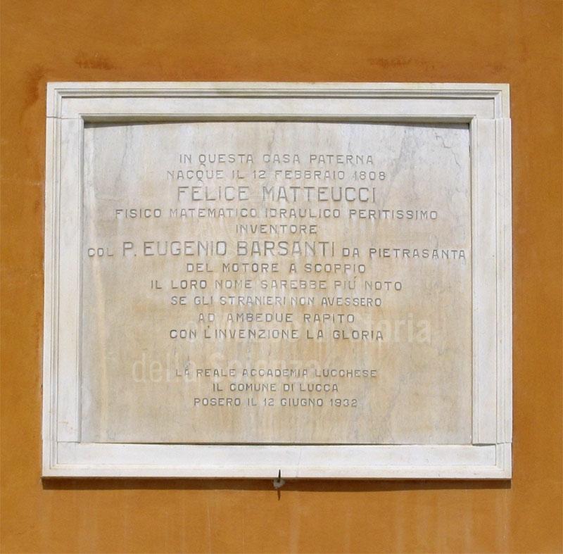 Lapide celebrativa apposta sulla facciata della casa natale di Felice Matteucci, Lucca.