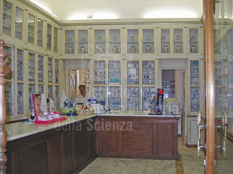 Interno della Farmacia Melosi, Lucca.