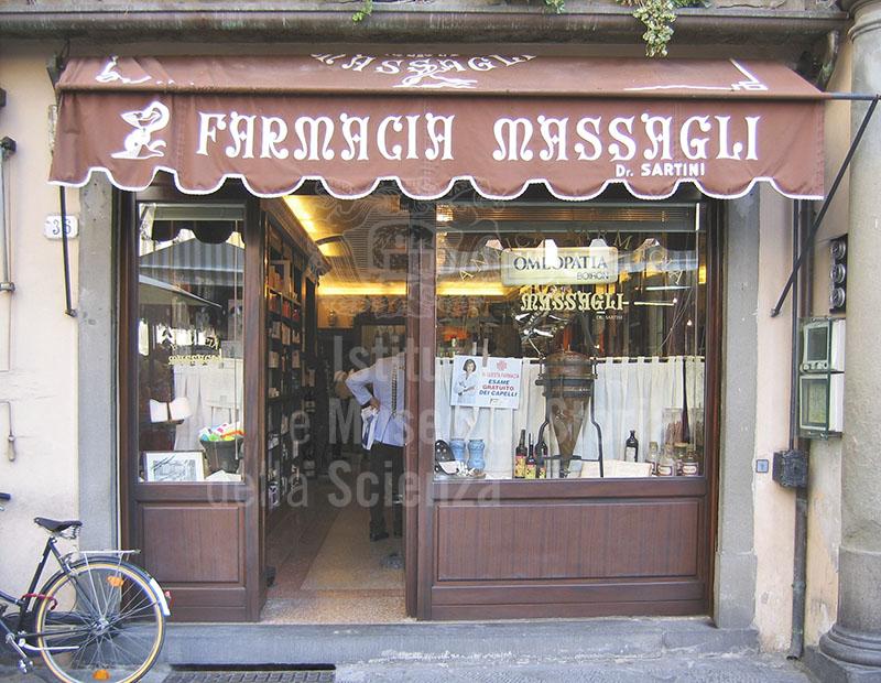 Ingresso della Farmacia Massagli, Lucca.