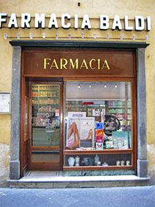 Ingresso della Farmacia Baldi, Lucca.
