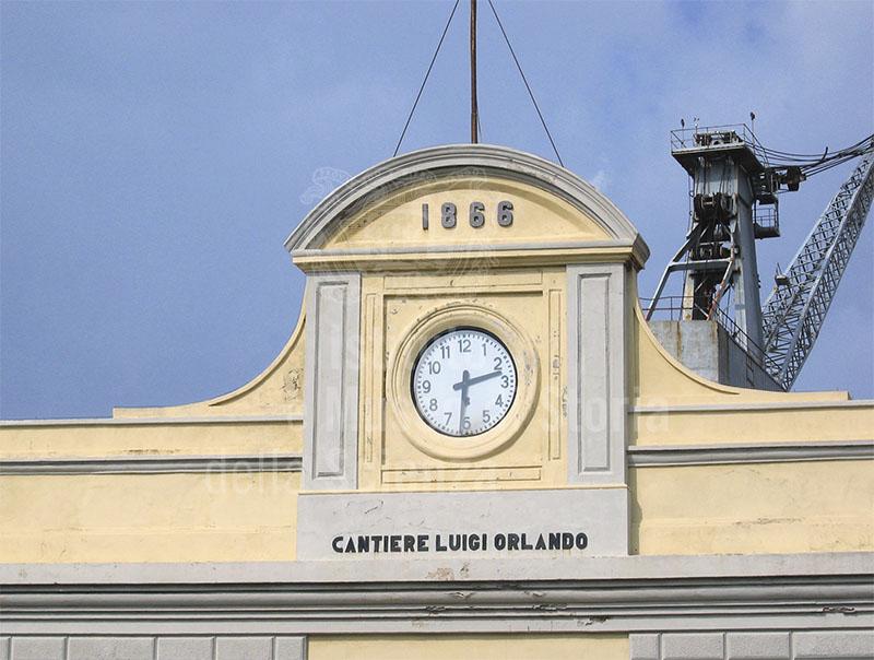 Orologio e anno di fondazione (1866) sulla facciata del Cantiere Navale Fratelli Orlando, Livorno.