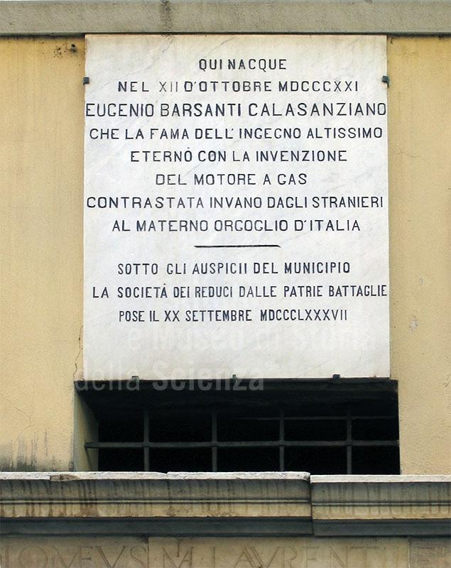 Lapide che ricorda la nascita di Eugenio Barsanti sulla facciata della casa, Pietrasanta.