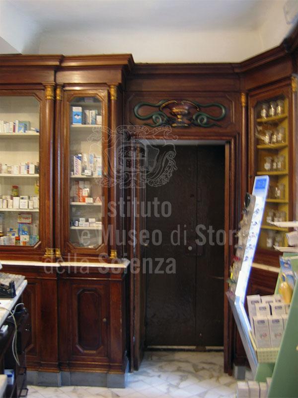 Interno della Farmacia Serafini, Carrara.