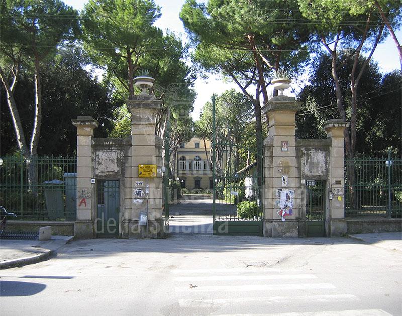 """Ingresso di Villa Fabbricotti, sede principale della Biblioteca Comunale Labronica """"Francesco Domenico Guerrazzi"""", Livorno."""