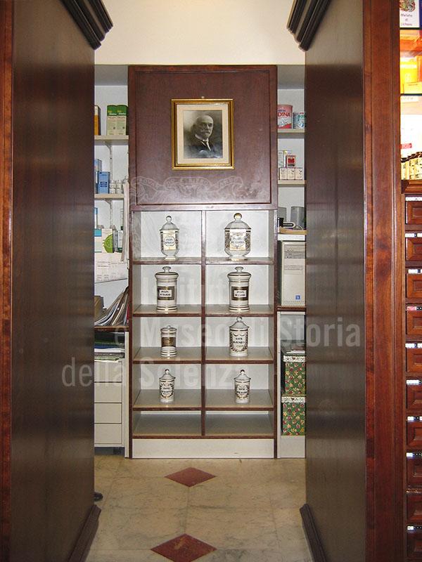 Collezione di vasi in ceramica bianca della Farmacia Petri, Pisa.