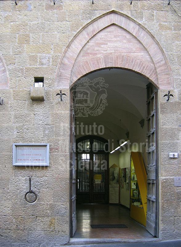 Ingresso della Biblioteca Guarnacci, Volterra.