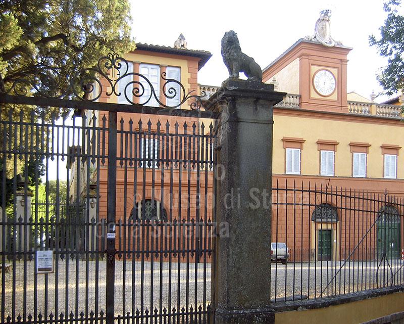 Decorazione sul cancello d'ingresso a Villa Mondeggi, Bagno a Ripoli.