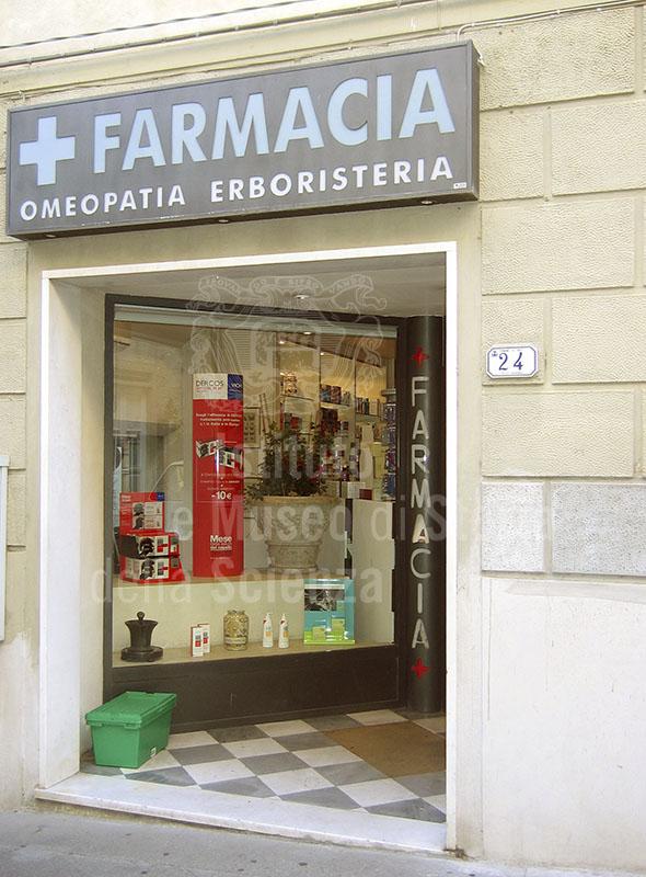 Esterno della Farmacia Bernardini, Buti.