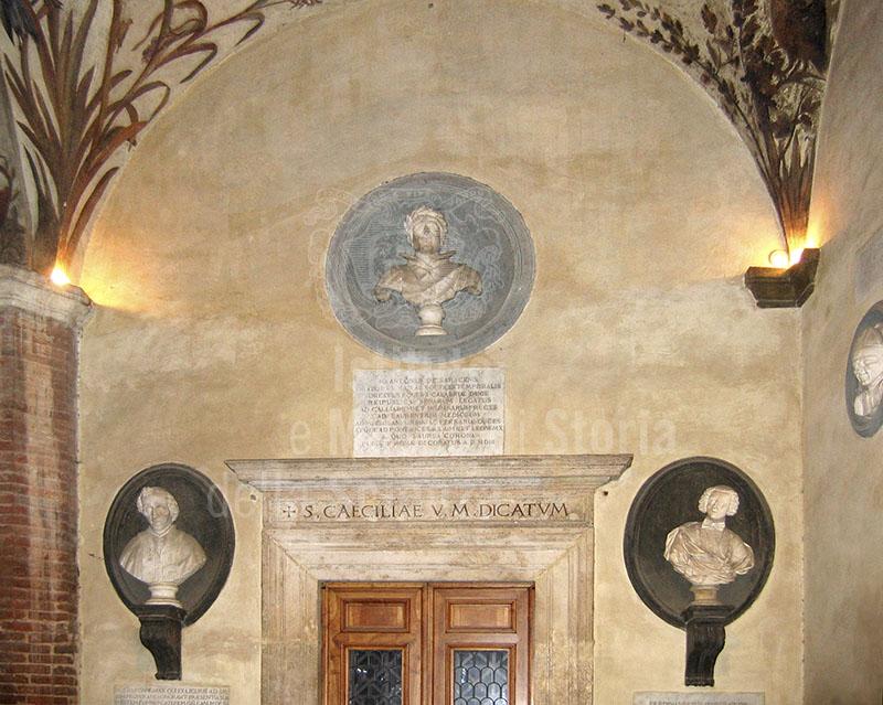 Busti nel cortile dell'Accademia musicale Chigiana, Siena.