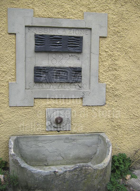 Iscrizione sulla facciata della Cartiera Cini, Piteglio.