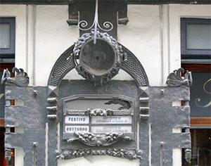 Decorazione esterna della Farmacia Santa Maria, Carrara.