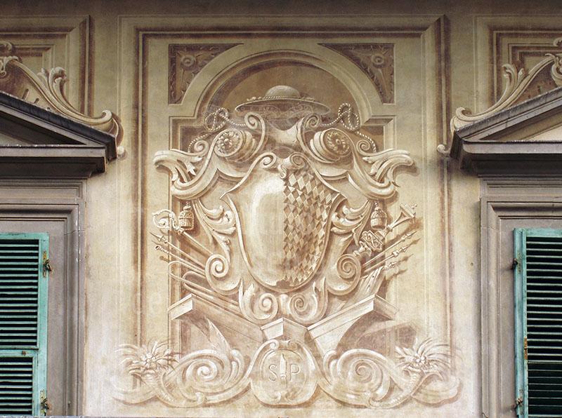 Decorazione sulla facciata della Biblioteca Forteguerriana, Pistoia.