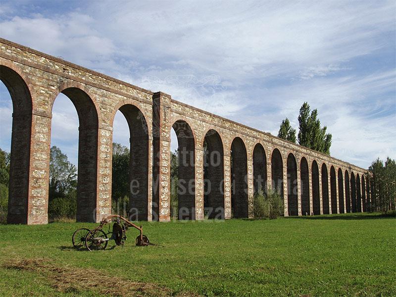 Gli archi dell'Acquedotto Nottolini nella campagna lucchese, Lucca.