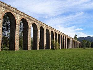 Gli archi dell'Acquedotto Nottolini con il contrafforte nella campagna lucchese, Lucca.