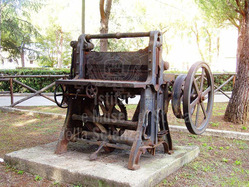 Macchina per la lavorazione del ferro ex complesso siderurgico ilva
