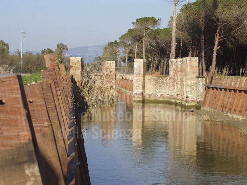 """Chiusa detta """"Ferro di cavallo"""" che raccoglie le acque da vari canali. Località Mazzanta, Vada."""