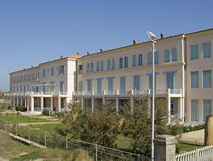 Veduta della facciata fronte mare del padiglione principale, ex Colonia Marina Principi di Piemonte, Calambrone, Pisa.