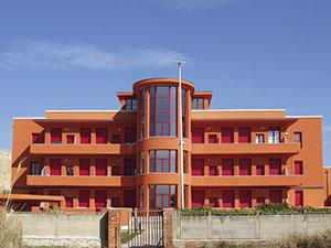 """Veduta del prospetto fronte mare dell'edificio dei dormitori denominato """"Meloria"""", ex Colonia Marina Rosa Maltoni Mussolini, Calambrone, Pisa."""