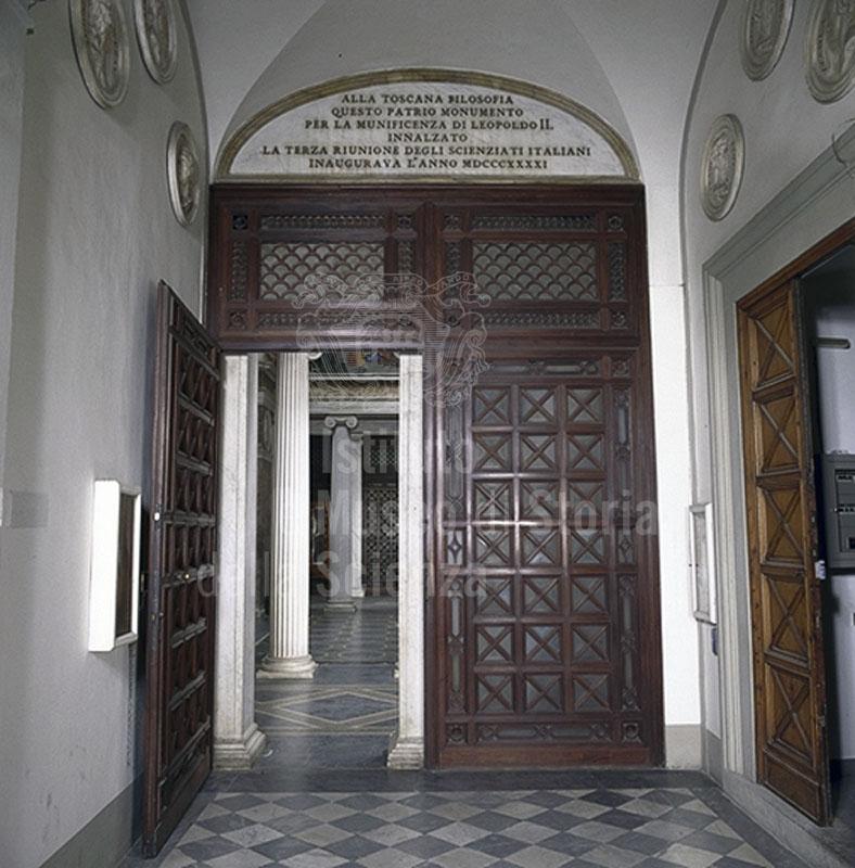 Immagine porta d 39 ingresso alla tribuna di galileo sormontat - Divano di fronte alla porta d ingresso ...
