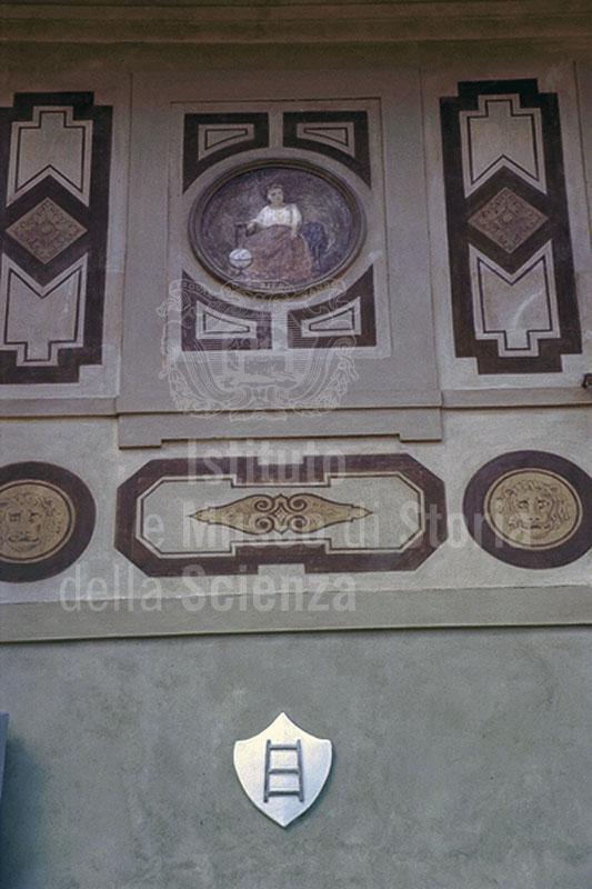Casa di Galileo in Costa San Giorgio: particolare della facciata con al centro una raffigurazione allegorica e, in basso, lo stemma della famiglia, Firenze.
