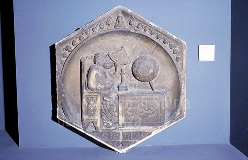 Originale della Formella dell'astronomia del Campanile di Giotto, conservata nel Museo dell'Opera del Duomo, Firenze.