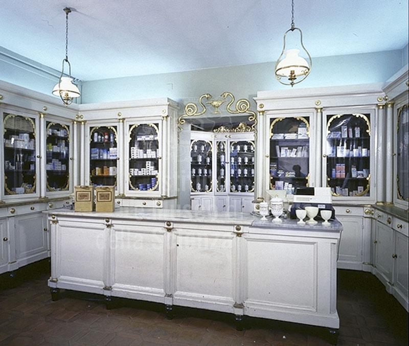 Immagine arredi in stile impero 1805 dell 39 antica farmacia for Bottigelli arredi farmacia