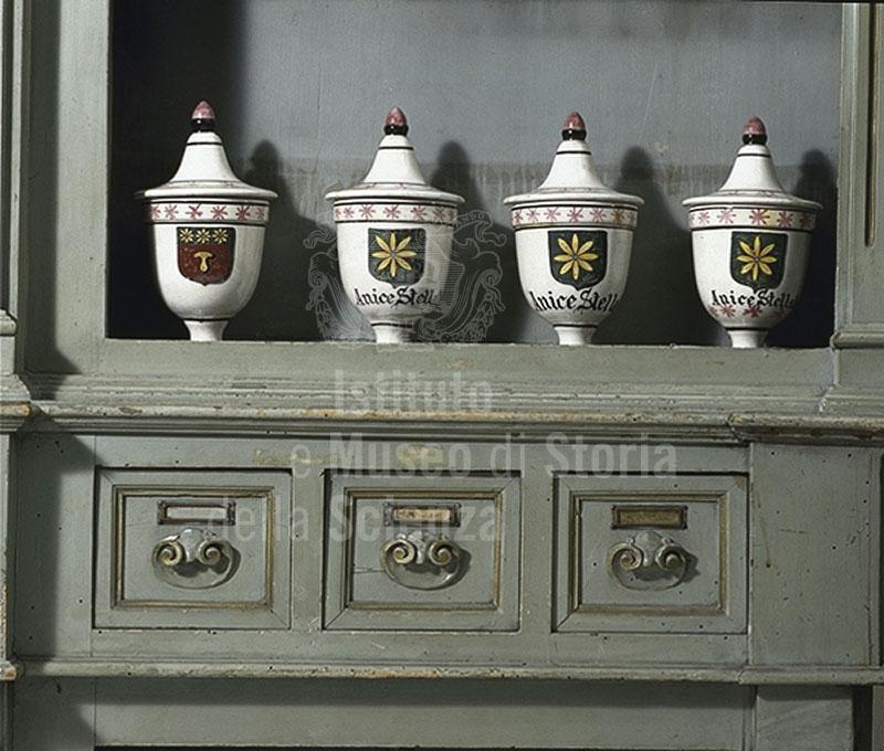 Dettaglio di un arredo ligneo con vasi d'epoca della Farmacia del Galluzzo, Firenze.