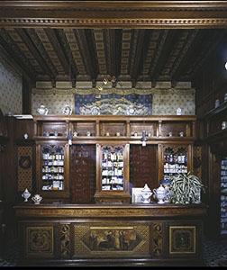 """Interno dell'Antica Farmacia del """"Canto alle Rondini"""", Firenze."""