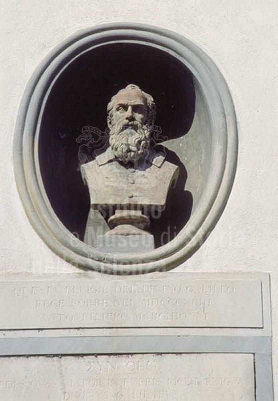 """Busto di Galileo Galilei presso la Villa """"Il Gioiello"""", Arcetri, Firenze."""