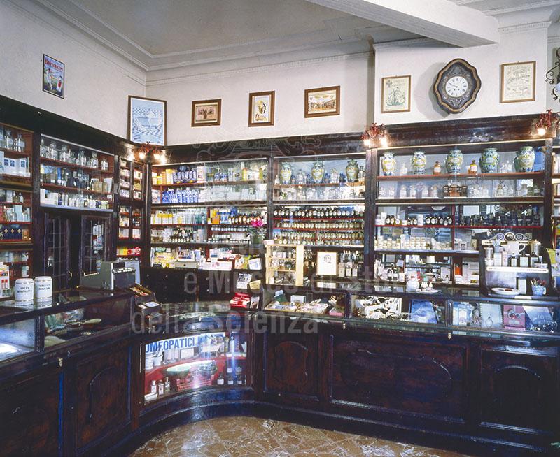 Interno della Farmacia Münstermann, Firenze.