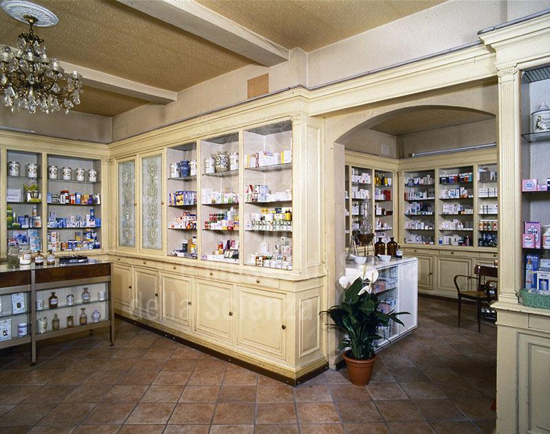 Arredo, databile tra la fine dell'Ottocento e i primi del Novecento, della Farmacia Codecà, Firenze.