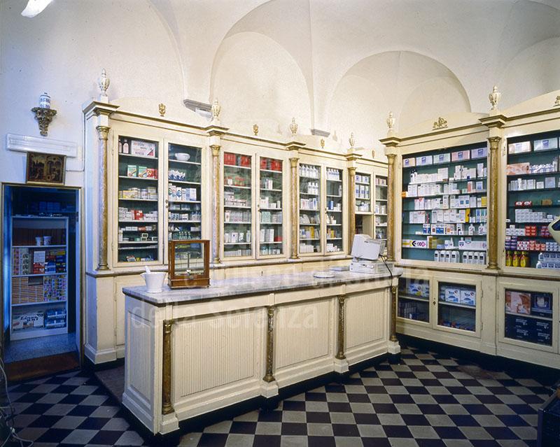 Arredo dei primi del Novecento della Farmacia Santo Spirito, Firenze.