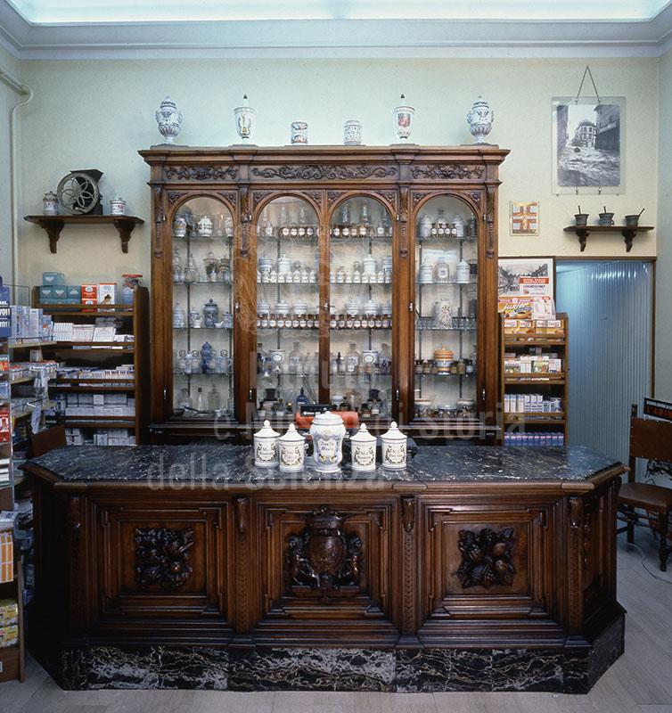 Immagine arredi ottocenteschi della farmacia centrale lapuc for Bottigelli arredi farmacia
