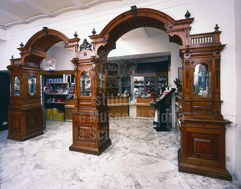 Arredo della fine dell'Ottocento della Farmacia Franceschi, Montepulciano.