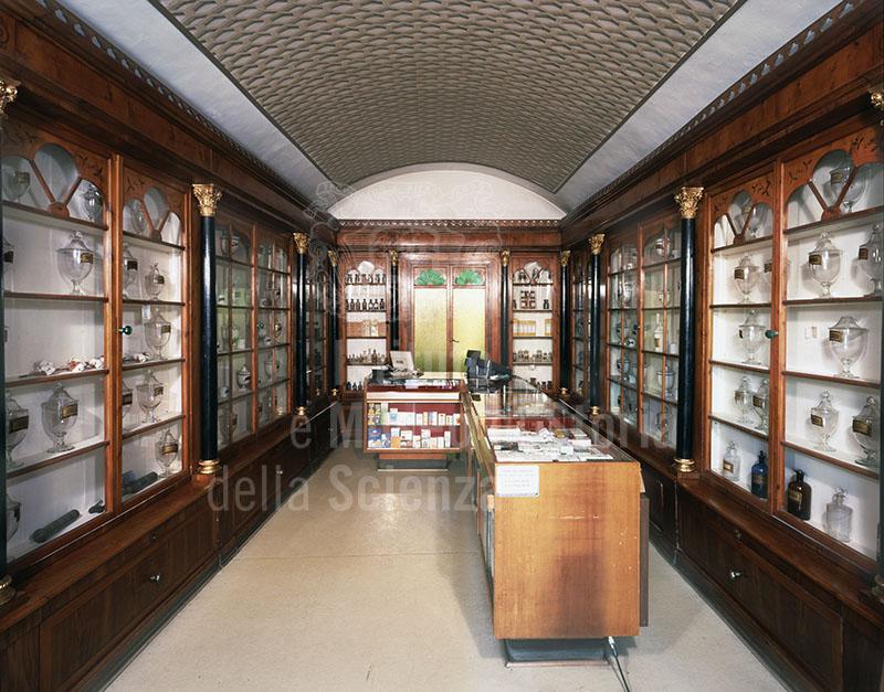 Arredo ottocentesco della Farmacia Bologni, Sarteano.