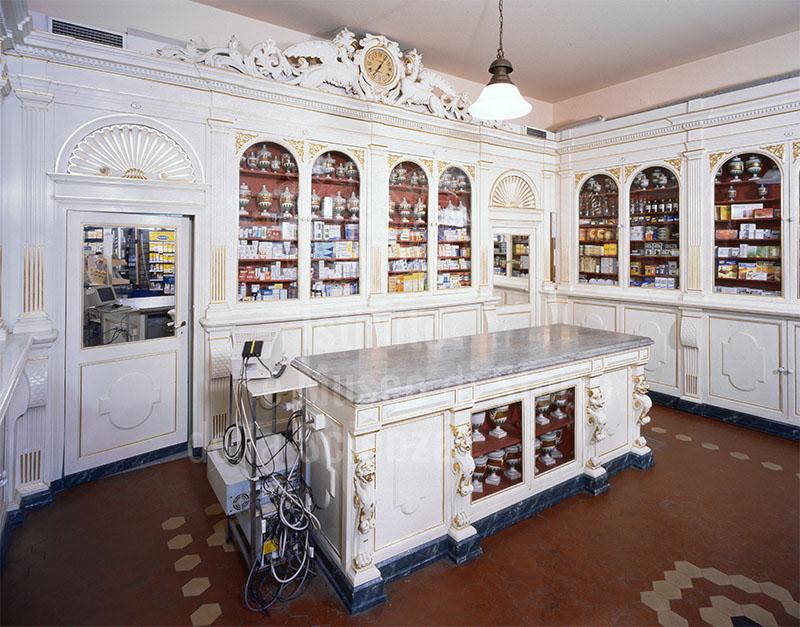 Interno della Farmacia Centrale, Arezzo.