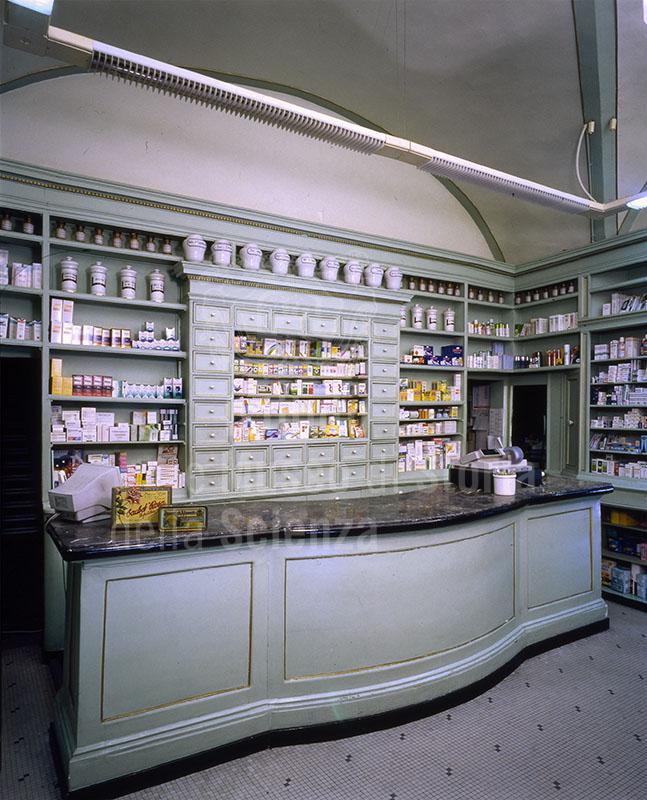 Interno della Farmacia Baldi Marini, Lucca.
