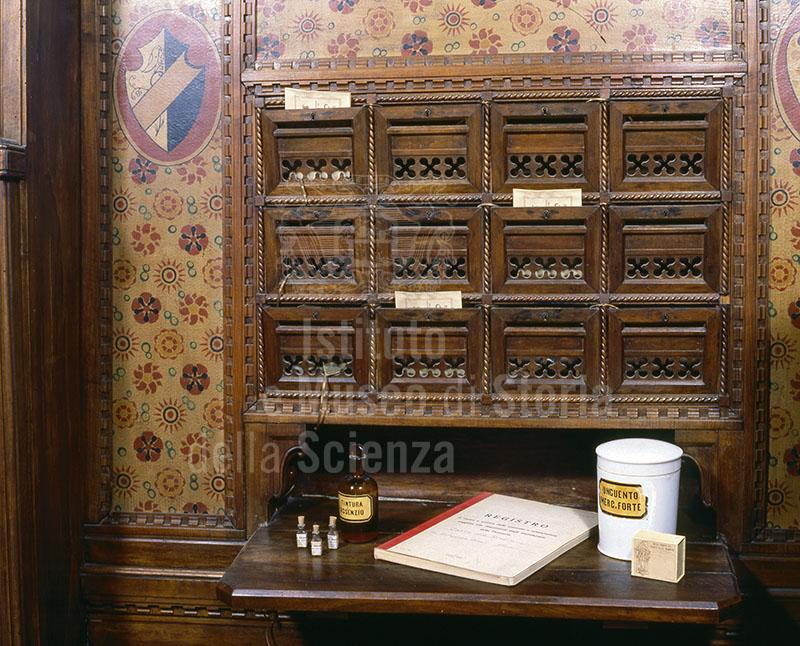 """Particolare del banco di vendita dell'Antica Farmacia del """"Canto alle Rondini"""", Firenze."""