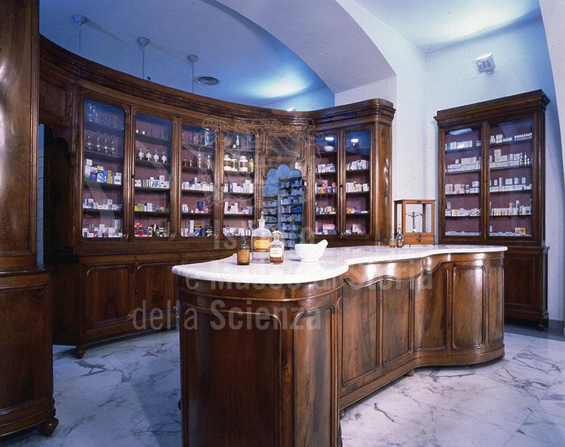 Banco vendita e scaffali ottocenteschi della Farmacia Cheli, San Miniato.