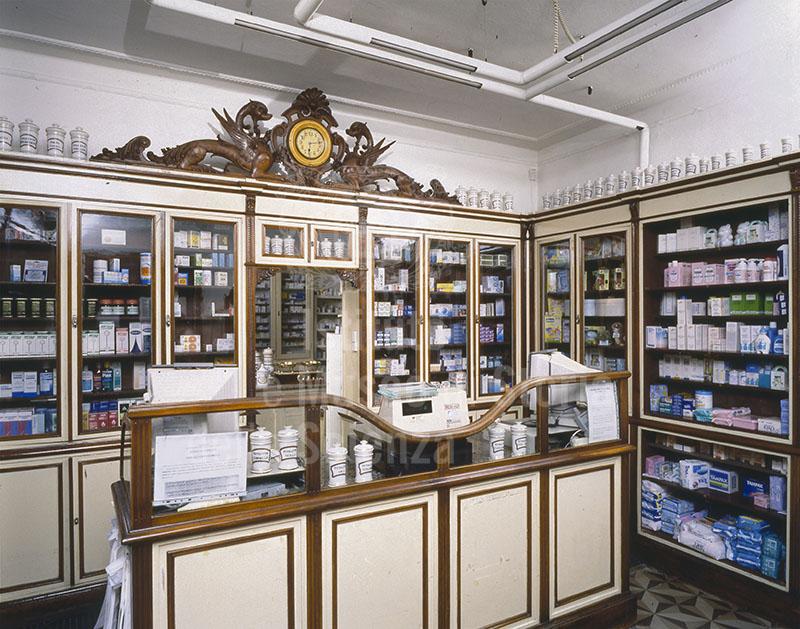 Arredo dei primi del Novecento della Farmacia Macchia, S. Anna di Cascina, Cascina.