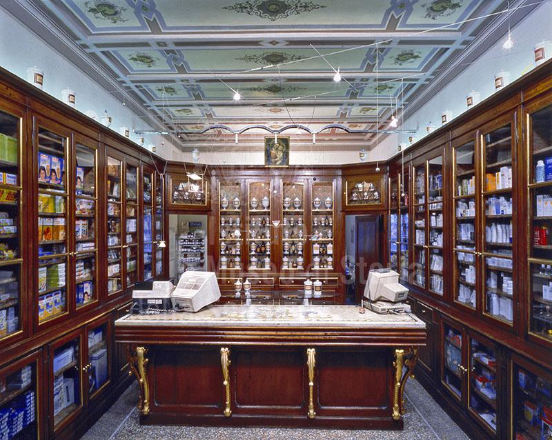 Arredamento della fine del sec. XIX della Farmacia Fredducci, Capannoli.