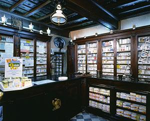 Arredi di metà Ottocento della Farmacia La Fenice, Seravezza.